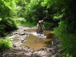 Radfahren durch einen Bach